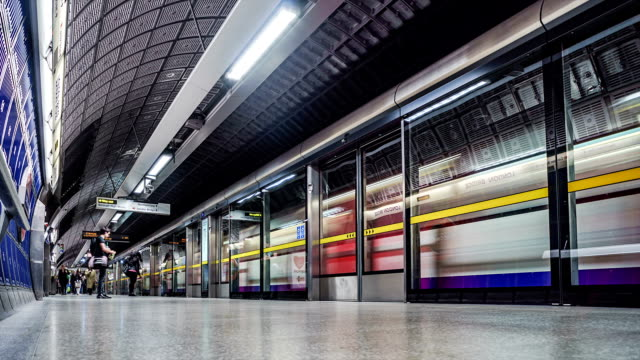 Time-lapse of London Bridge Underground platform at rush hour