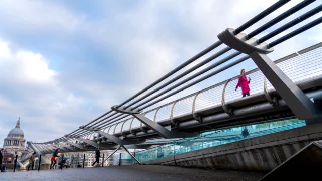 vídeos y material grabado en eventos de stock de time-lapse de london millennium bridge y st. paul la catedral en la mañana - puente del milenio londres