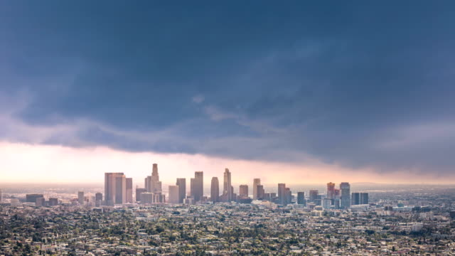 vídeos de stock e filmes b-roll de timelapse of los angeles - nublado