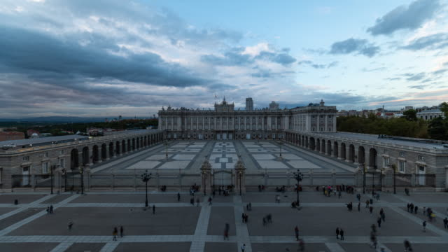 vídeos de stock e filmes b-roll de timelapse of madrid royal palace at sunset - pátio