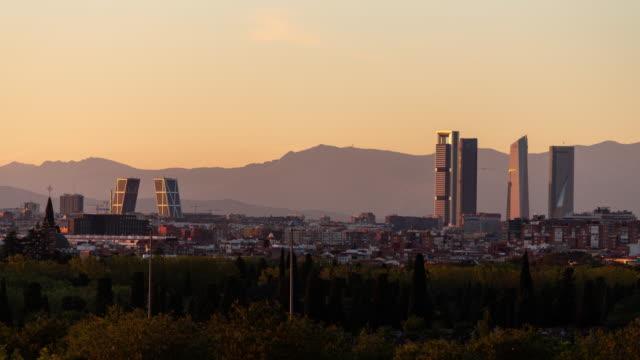 vídeos de stock e filmes b-roll de timelapse of madrid skyline and four towers - horizonte urbano