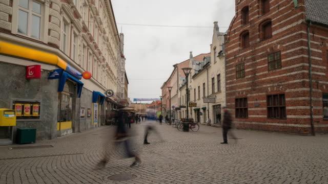 vidéos et rushes de time-lapse du centre-ville de malmö petit carré lilla torg suède - suède