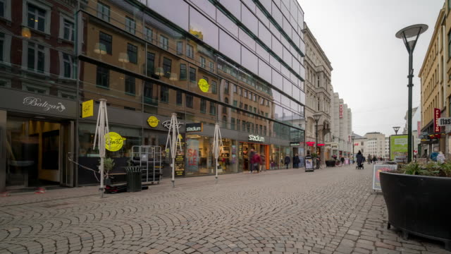 vídeos de stock e filmes b-roll de time-lapse of malmo downtown little square lilla torg sweden - virginia polytechnic institute and state university