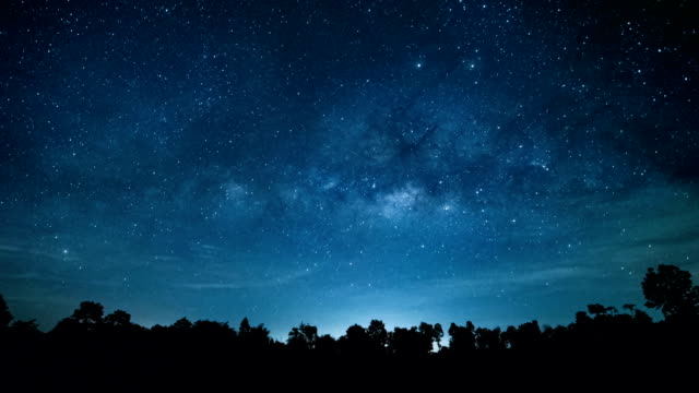 vídeos de stock e filmes b-roll de timelapse of milky way in the dark night. - via láctea