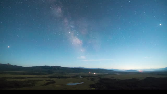 stockvideo's en b-roll-footage met time-lapse of milky way, traffic and city lights - wyoming