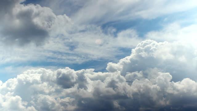 vídeos y material grabado en eventos de stock de timelapse de cielo tormentoso con nubes en movimiento rápido - el cielo
