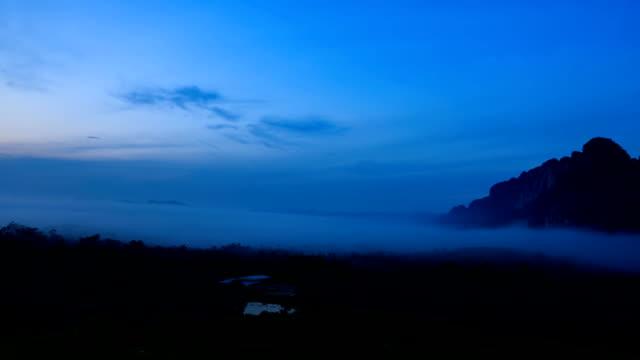vídeos y material grabado en eventos de stock de time-lapse de la niebla de la mañana en el bosque tropical en tailandia. - full hd format