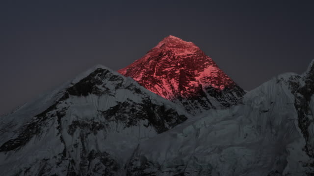 stockvideo's en b-roll-footage met time-lapse of mount everest at sunset. - mount everest