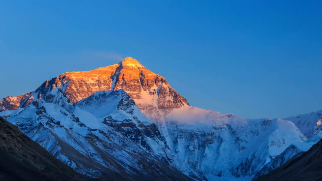 stockvideo's en b-roll-footage met timelapse van de mount everest - schemering