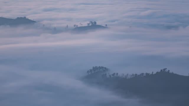 zeitraffer der berg und verschieben nebel - gebirge stock-videos und b-roll-filmmaterial
