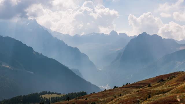 vídeos de stock, filmes e b-roll de timelapse de mountain hill nublado - salt lake city utah