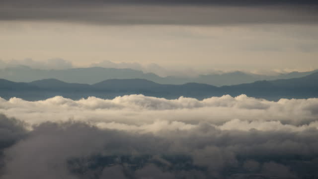 Time-lapse van Misty wolken rijdt met Golden Sunrise op de berg
