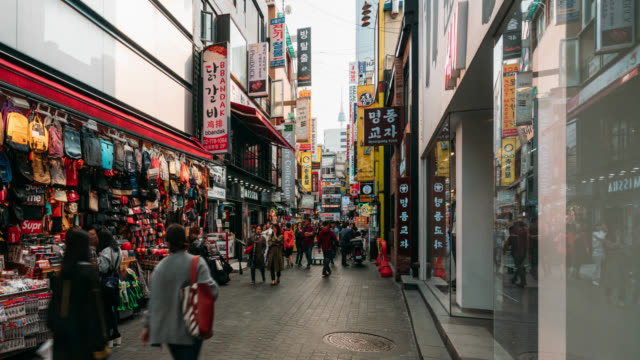 vídeos y material grabado en eventos de stock de mercado callejero de timelapse de myeong-dong en seúl, corea del sur. barrio myeong dong es el mercado comercial más popular en la ciudad de seúl. - coreano oriental