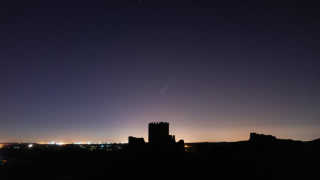 stockvideo's en b-roll-footage met timelapse of neowise comet passing over the castillo de oreja in castilla la mancha - de ruimte en astronomie