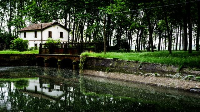 timelapse der alten verlassenen Haus und dyke auf den Fluss