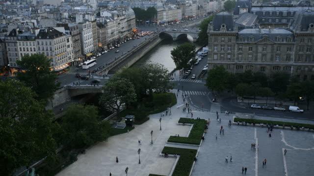 timelapse of paris street and canal traffic - okänt kön bildbanksvideor och videomaterial från bakom kulisserna