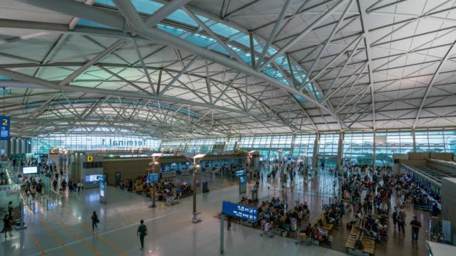 zeitraffer der passagier in der incheon international airport in check-in bereich. der incheon international airport ist der größte flughafen in südkorea in der nähe der stadt seoul, südkorea - zoll und einwanderungskontrolle stock-videos und b-roll-filmmaterial