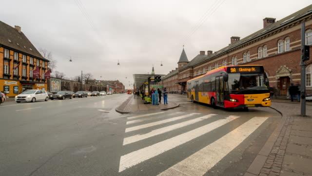 コペンハーゲン鉄道ターミナル駅で歩行 trabeller のタイムラプス混雑 - コペンハーゲン点の映像素材/bロール
