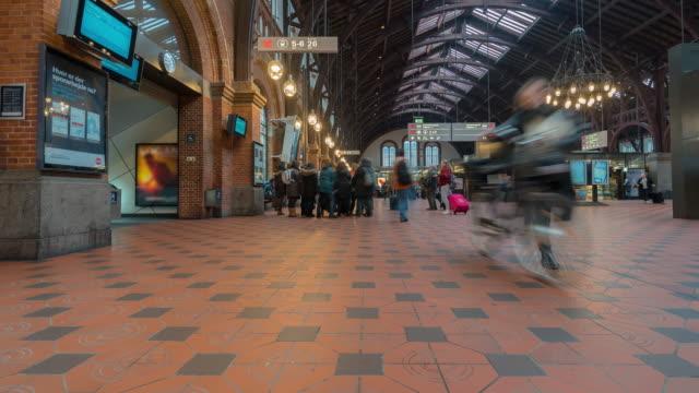 Time-lapse van Pedestian reiziger druk bij Kopenhagen trein Station Terminal