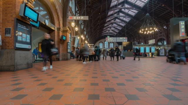time-lapse av pedestian traveller trångt på köpenhamn tågstation terminal - europeiskt ursprung bildbanksvideor och videomaterial från bakom kulisserna