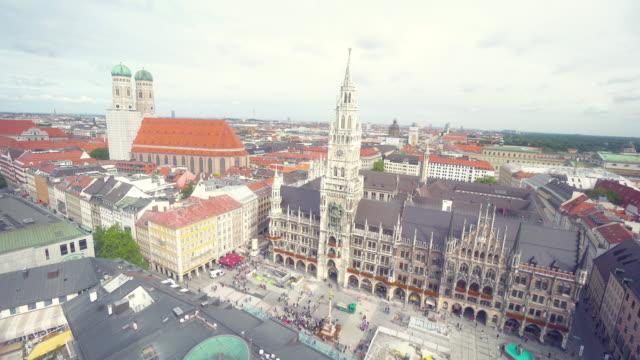 vidéos et rushes de time-lapse de la rue piétonne bondée de la marienplatz - tour de l'horloge tour