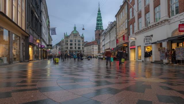 time-lapse av fotgängare trångt ströget shopping gatan i köpenhamn danmark - berömd plats bildbanksvideor och videomaterial från bakom kulisserna