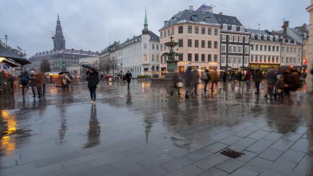vídeos de stock e filmes b-roll de time-lapse of pedestrian crowded stroget shopping street in copenhagen denmark - edifício do governo local