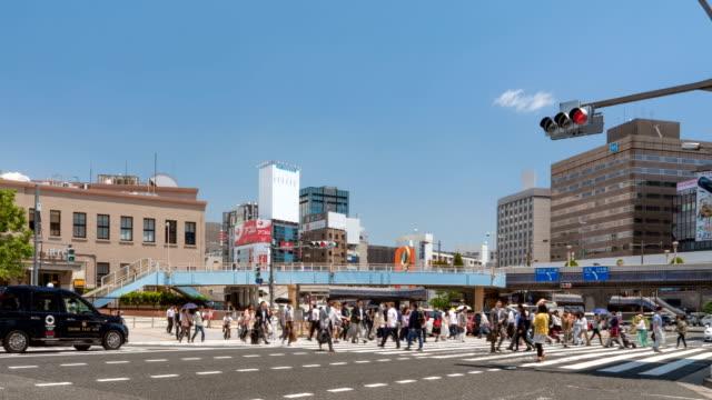 timelapse dei pedoni che attraversano la stazione ueno di tokyo - segnale per macchine e pedoni video stock e b–roll
