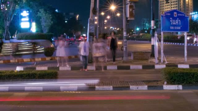 Zeitraffer von Menschen in der Kreuzung bei Nacht 4 k (UHD