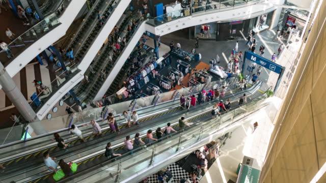 vidéos et rushes de timelapse de personnes sur un escalator dans un centre commercial - circuler