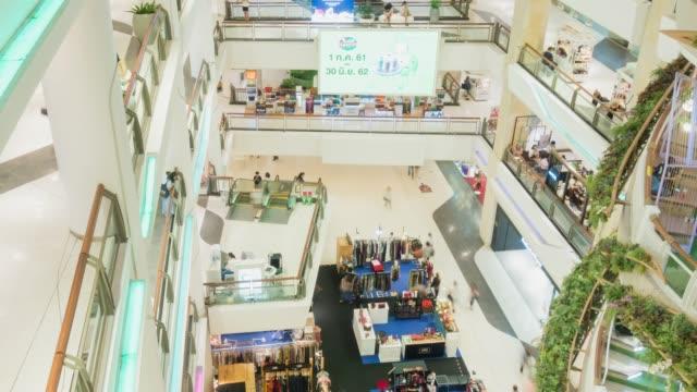 zeitraffer des menschen shoping in kaufhaus - bangkok stock-videos und b-roll-filmmaterial