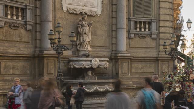 人々観光客のタイムラプス vigliena 広場、その4つのバロック様式のコーナーは、旧市街の中心をマークし、 - 25セント硬貨点の映像素材/bロール