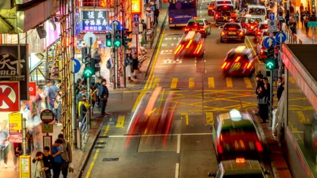 4k zeitraffer von menschen warten taxis und busse am taxistand in marktnacht - taxi stock-videos und b-roll-filmmaterial