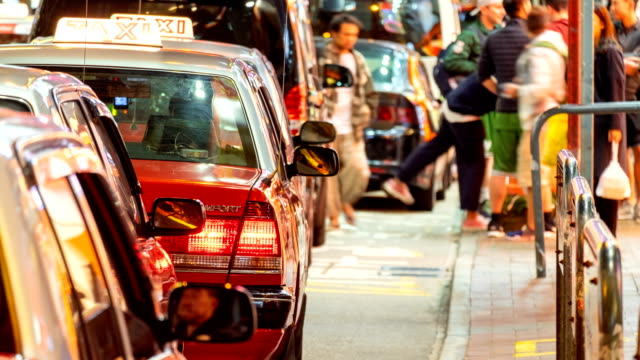 4k zeitraffer von menschen warten taxi am taxistand in marktnacht - taxi stock-videos und b-roll-filmmaterial