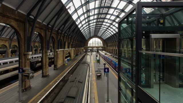 stockvideo's en b-roll-footage met timelapse of platforms at kings cross railway station in london - station london king's cross