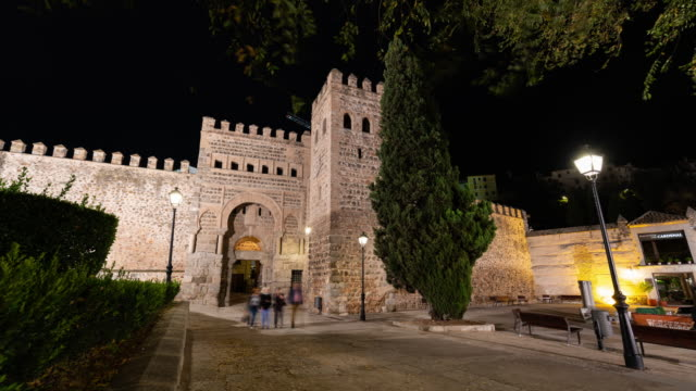 vídeos y material grabado en eventos de stock de timelapse of puerta de alfonso vi in toledo illuminated at night - castillo