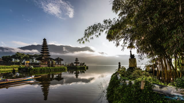 timelapse of pura ulun danu bratan temple in bali - indonesia video stock e b–roll