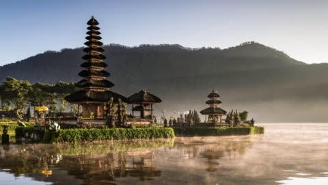 vidéos et rushes de timelapse of pura ulun danu bratan temple in bali - indonésie