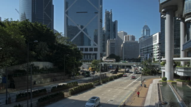 vídeos de stock e filmes b-roll de time-lapse of queensway road in central, hong kong island - hsbc towers