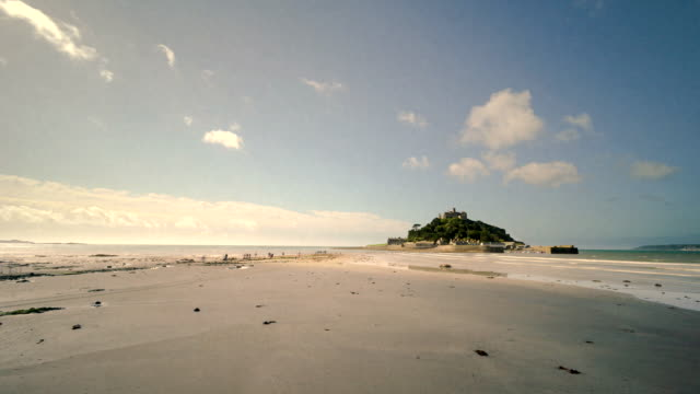 vídeos de stock, filmes e b-roll de time-lapse of rising tide at st michael's mount, cornwall, uk - vazante