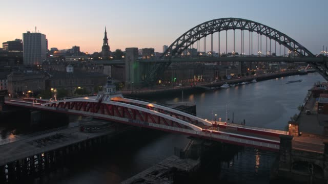 stockvideo's en b-roll-footage met time-lapse of river tyne, spanned by the swing bridge, tyne bridge and millennium bridge, newcastle and gateshead, tyne and wear - newcastle upon tyne