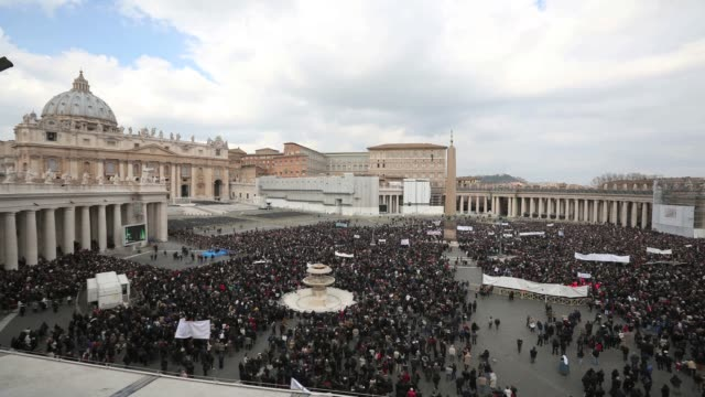 a timelapse of saint peters square as pope benedict xvi delivers his last angelus blessing from the window of his private apartment to thousands of... - ベネディクト16世の退位点の映像素材/bロール