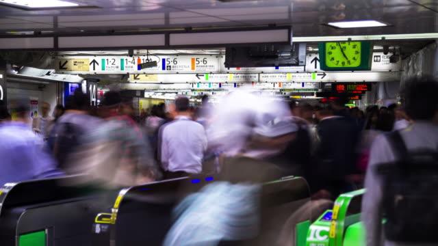 timelapse of shinjuku station turnstiles - 自動改札機点の映像素材/bロール