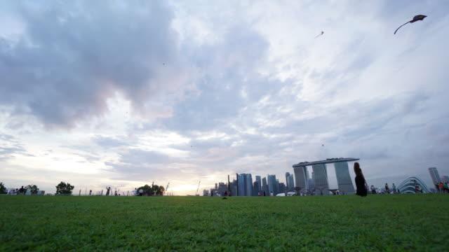 timelapse-skyline von singapur marina barrage - jachthafen stock-videos und b-roll-filmmaterial