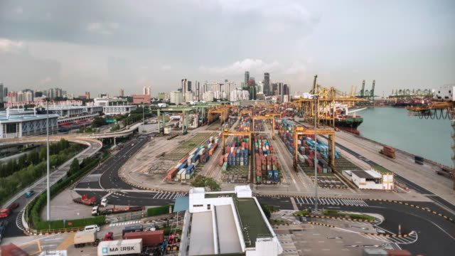 vídeos de stock, filmes e b-roll de t/l timelapse of singapore's cargo and container port infront of the financial district and skyline - edifício de transportes