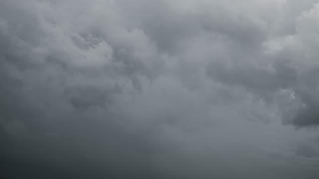 Zeitraffer von Himmel und Wolken, trübe vor Sturm und Regen