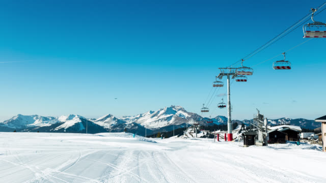 timelapse of slope and people skiing in avoriaz - seggiovia video stock e b–roll