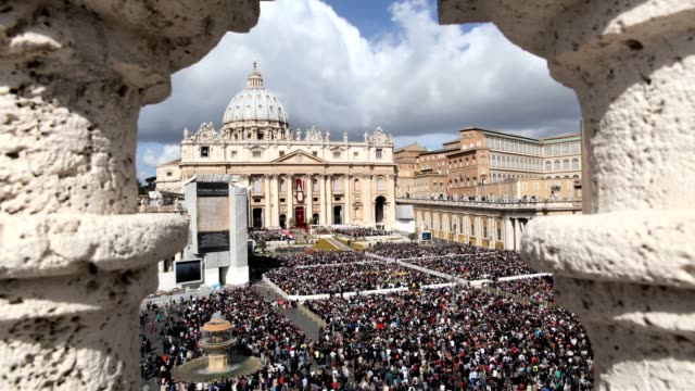 stockvideo's en b-roll-footage met timelapse of st peter's square during easter mass urbi et orbi blessing in vatican on april 8 2012 timelapse of st peter's square during easter mass... - sint pietersplein