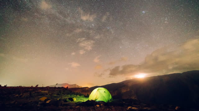 timelapse of starry night over camping tent - tenda da campeggio video stock e b–roll