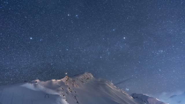 stockvideo's en b-roll-footage met timelapse of starry night sky over snowy mountain landscape in the caucasus - bevroren